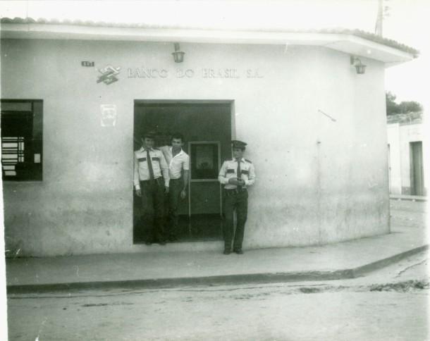 Banco do Brasil, localizado no mesmo local de hoje na esquina da Rua Santa Teresinha com o Praça.