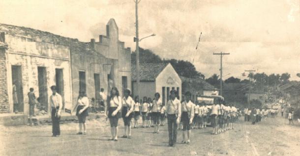 Desfile de sete de setembro, ao fundo a Igreja Assembleia de Deus.