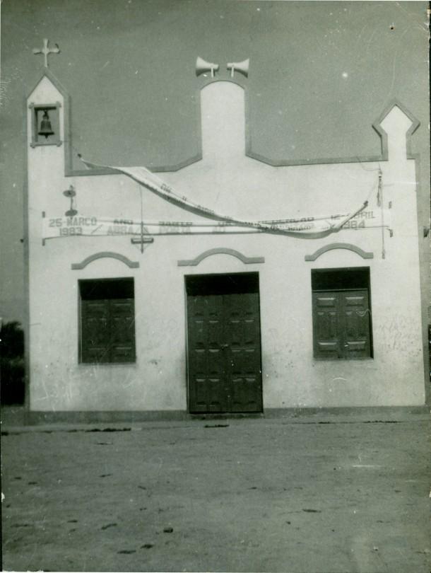 Igreja Nossa Senhora de Santana. Pela faixa se deduz que a foto é de 1983.